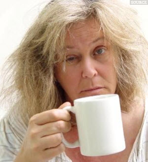 недосыпание и не удобная поза при сне могут быть причиной отеков по утрам